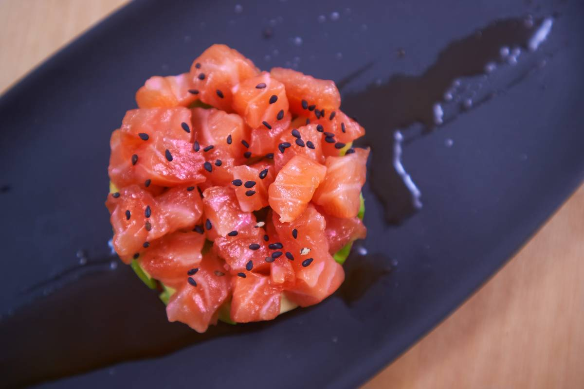 Tartar de salmón marinado, aguacate y tomates confitados