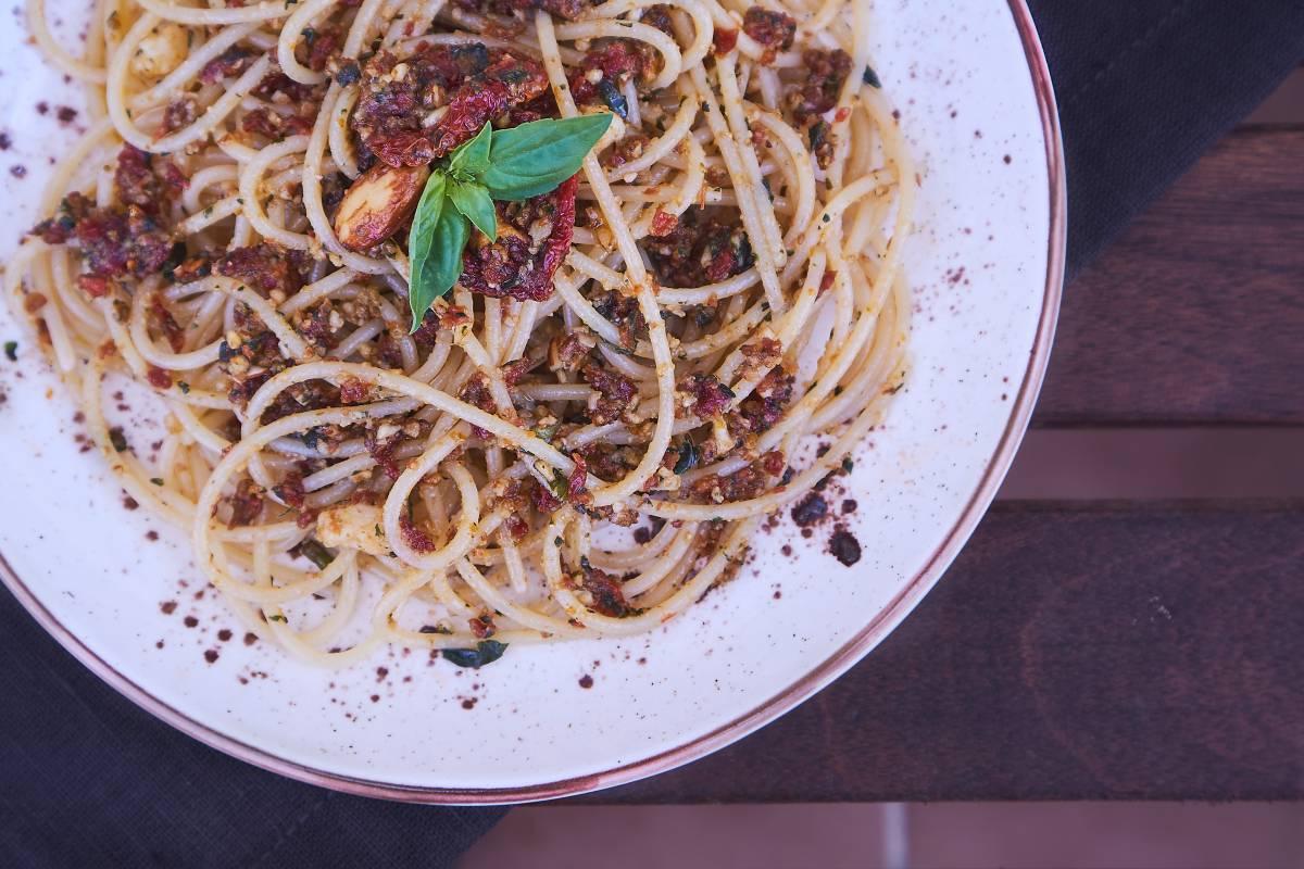 Espaguetis con pesto de tomate seco y almendras
